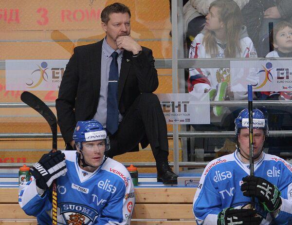Юкка Ялонен (на втором плане) и хоккеисты сборной Финляндии