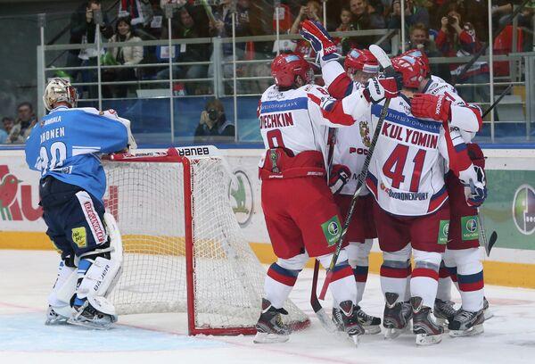 Хоккеисты сборной России (справа) и Ари Ахонен (слева)