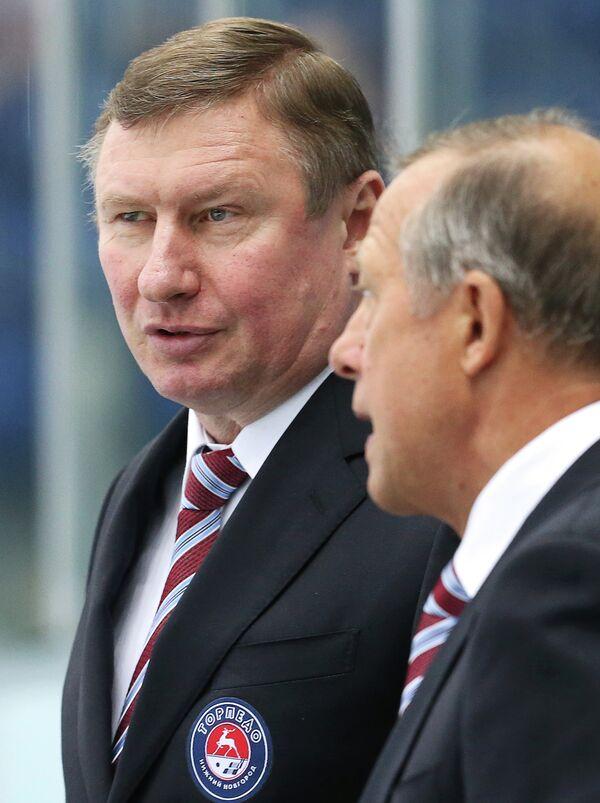 Исполняющий обязанности главного тренера Торпедо Вячеслав Рьянов (слева) и тренер Торпедо Анатолий Богданов