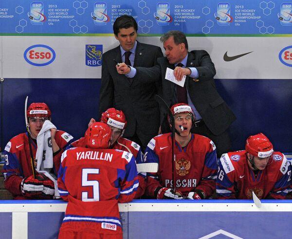 Михаил Варнаков (справа на втором плане) и хоккеисты молодежной сборной России