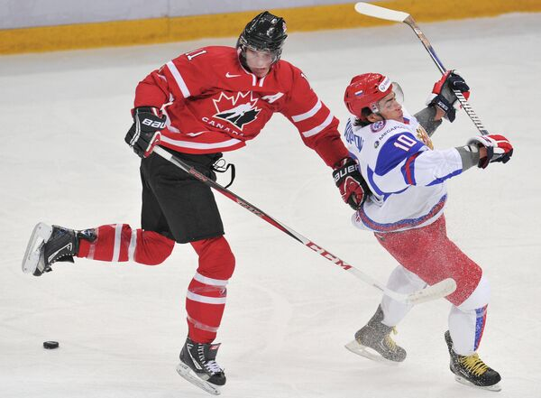 Игрок сборной Канады Джонатан Юбердо (слева) и игрок сборной России Наиль Якупов