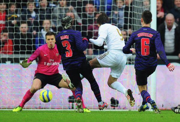 Игровой момент матча Суонси - Арсенал