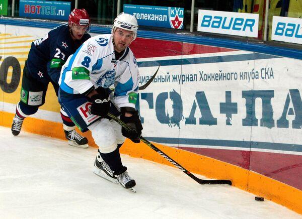 Максим Спиридонов (справа)
