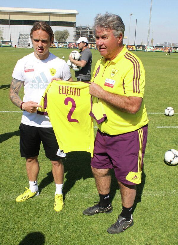 Гус Хиддинк  вручает форменную майку клуба новому игроку команды Андрею Ещенко