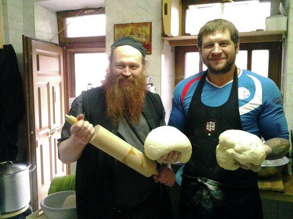 Александр Емельяненко (справа)