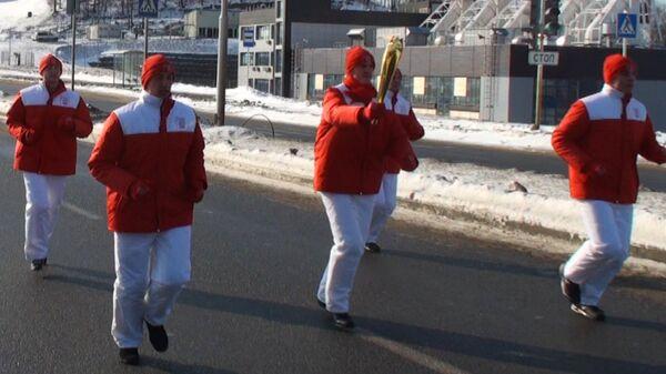 Факелоносцы-спортсмены пронесли огонь Универсиады по мосту во Владивосток