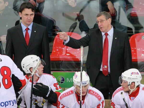 Главный тренер хоккейного клуба Трактор Валерий Белоусов и старший тренер Равиль Гусманов (справа налево на втором плане)