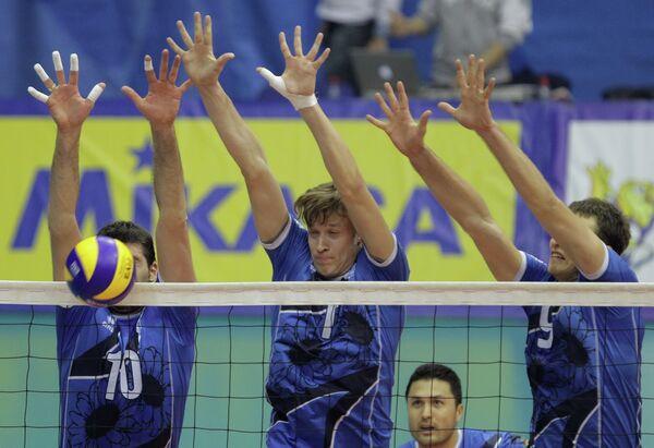 Волейболисты Динамо (Краснодар) Сергей Червяков (в центре) и Станислав Еремин (справа)