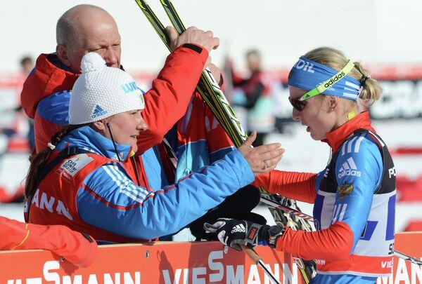 Президент Федерации лыжных гонок России Елена Вяльбе (слева) и российская спортсменка Наталья Матвеева (справа)