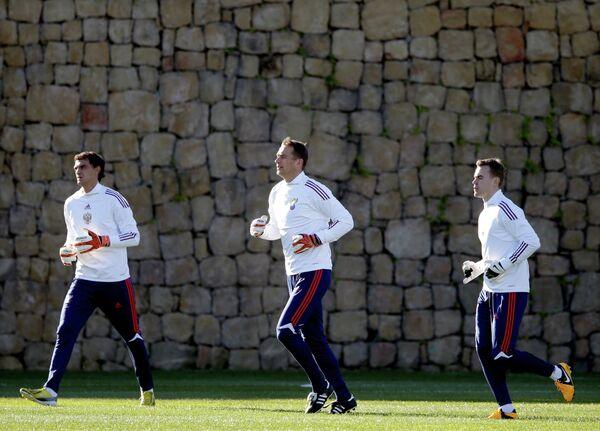 Игроки сборной России Владимир Габулов, Сергей Рыжиков и Игорь Акинфеев (слева направо)