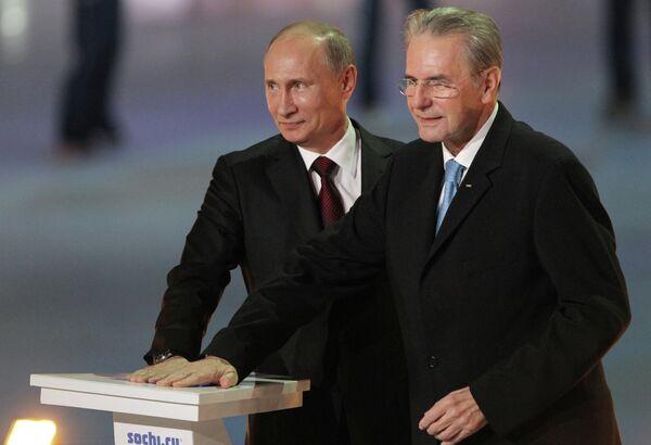 Президент РФ Владимир Путин (слева) и президент МОК Жак Рогге