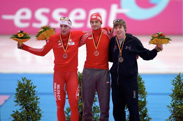 Денис Юсков (в центре)