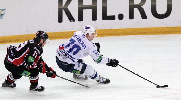 Игровой момент матча Авангард - Динамо (Москва)