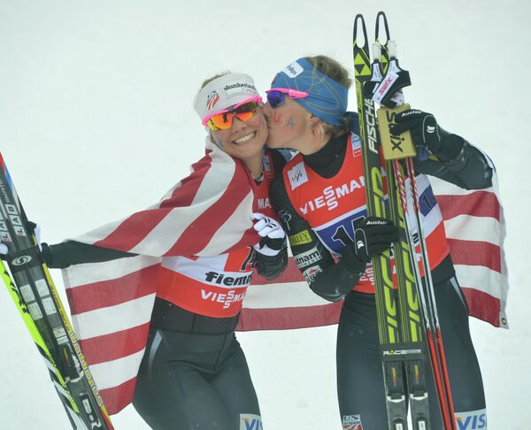 Американские лыжницы Джессика Диггинс (слева) и Киккан Рэндалл