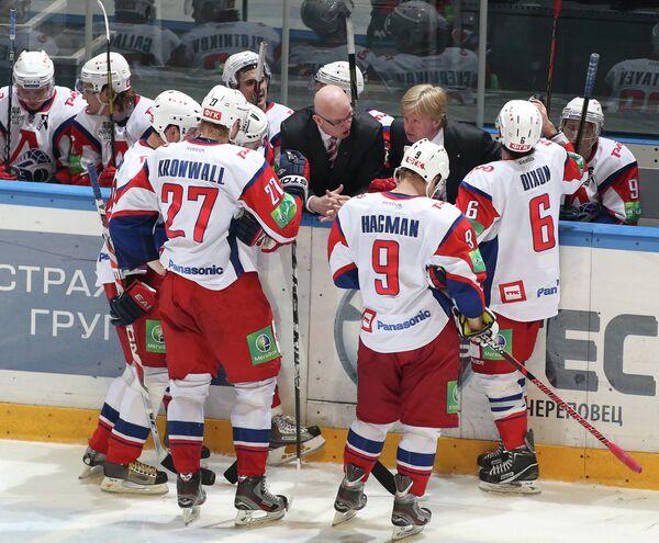 Том Роу и Николай Борщевский (слева направо в центре) дают указания игрокам