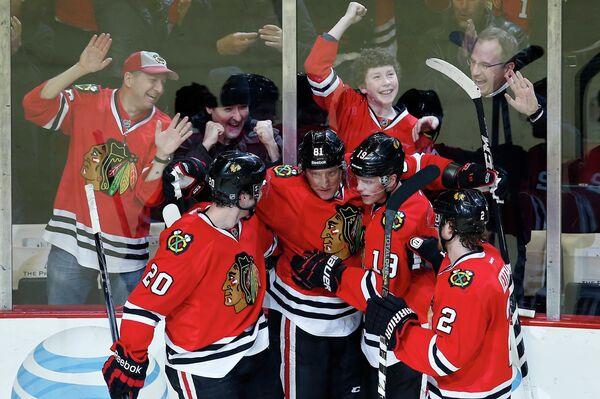 Хоккеисты Чикаго празднуют взятие ворот Миннесоты
