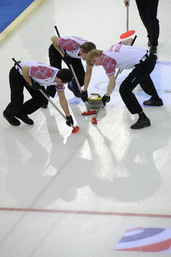 Игровой момент матча Норвегии - Россия на ЮЧМ по керлингу