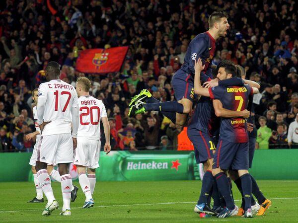 утболисты Барселоны (справа) и футболисты Милана (слева)