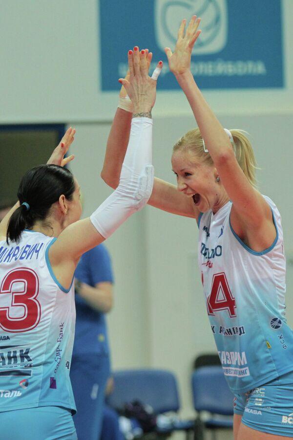 Волейболистки Динамо Наташа Осмокрович и Екатерина Кривец радуются победе команды