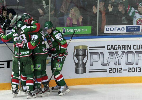 Хоккеисты Ак Барса радуются заброшенной шайбе в ворота Салавата Юлаева
