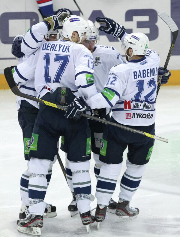 Хоккеисты Динамо радуются заброшенной шайбе в мачте со СКА