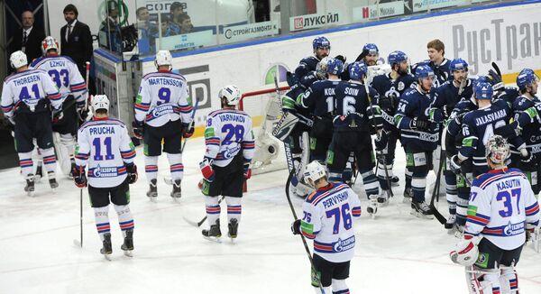 Хоккеисты Динамо (справа) и СКА (слева)
