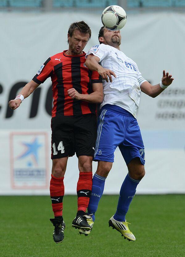 Защитник Амкара Захари Сираков и нападающий Динамо Кевин Кураньи (слева направо)