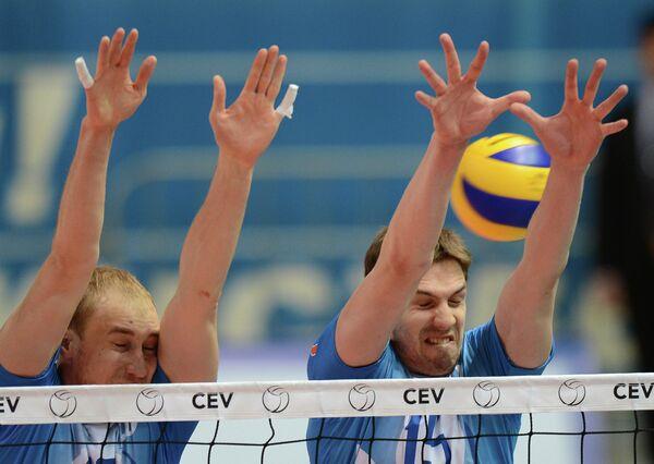 Волейболисты Динамо Александр Кривец (слева) и Павел Круглов
