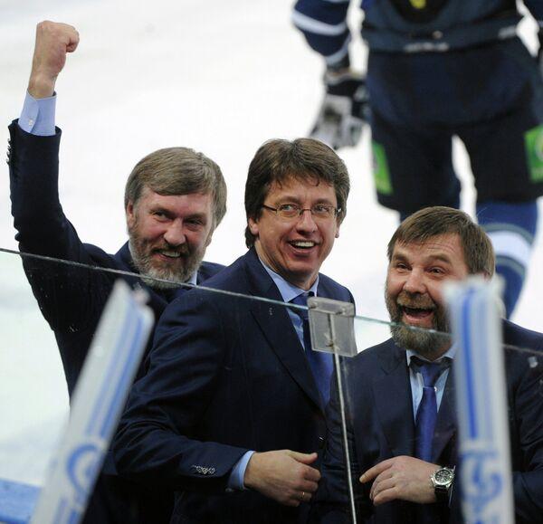 Старший тренер Динамо Харийс Витолиньш и главный тренер Динамо Олег Знарок радуются победе команды