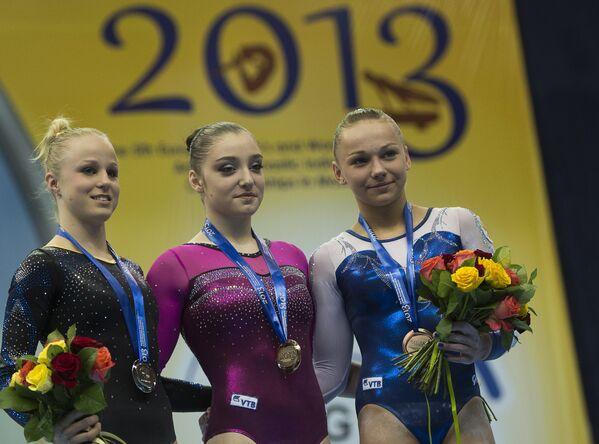 Йонна Адлертег (серебряная медаль), Алия Мустафина (золотая медаль) и Мария Пасека (бронзовая медаль)