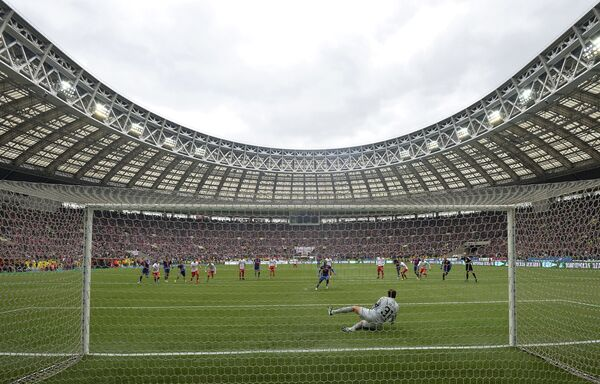 Вратарь Спартака Андрей Дикань отбивает пенальти в матче против ЦСКА