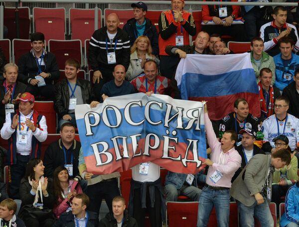 Болельщики российской сборной во время матча группового раунда чемпионата мира по хоккею среди юниоров (до 18 лет) между сборными командами России и Латвии в Сочи.