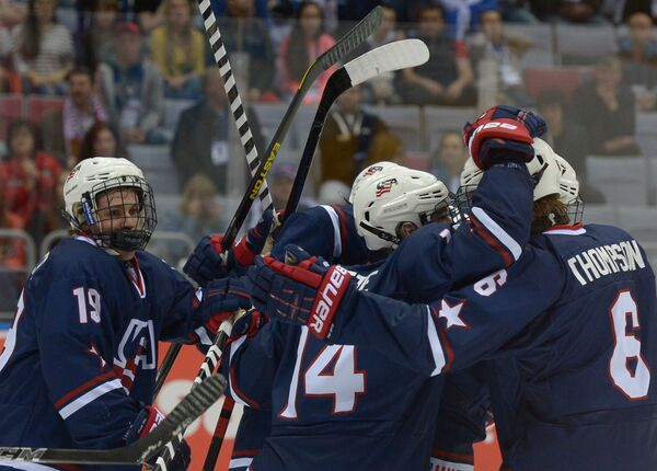 Радость хоккеистов юниорской сборной США