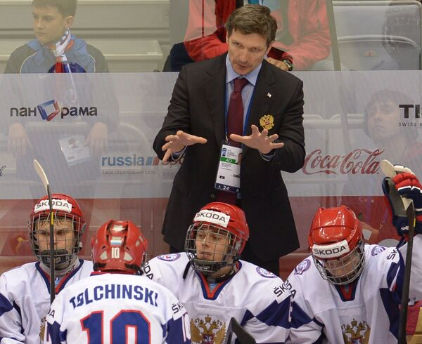 Игорь Кравчук (на втором плане) и хоккеисты юниорской сборной России