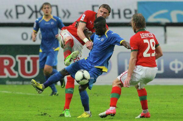 Дмитрий Тарасов и Канга Каку (в центре слева направо)