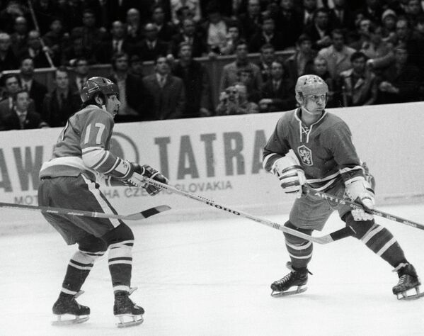 Валерий Харламов (слева)