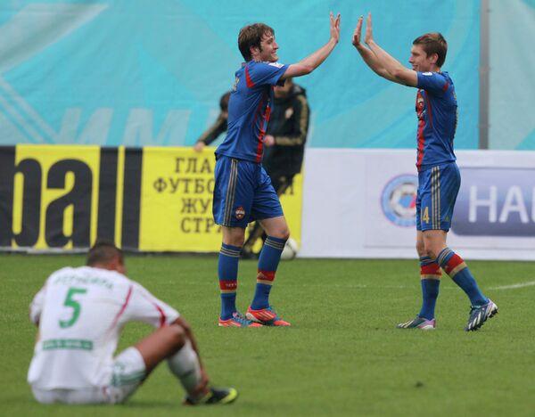 Защитники ЦСКА Марио Фернандес и Кирилл Набабкин (слева направо на втором плане)