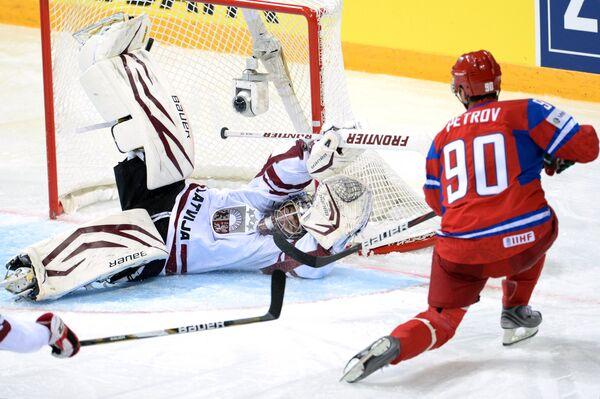 Вратарь сборной Латвии Марис Ючерс пропускает гол в свои ворота от Кирилла Петрова