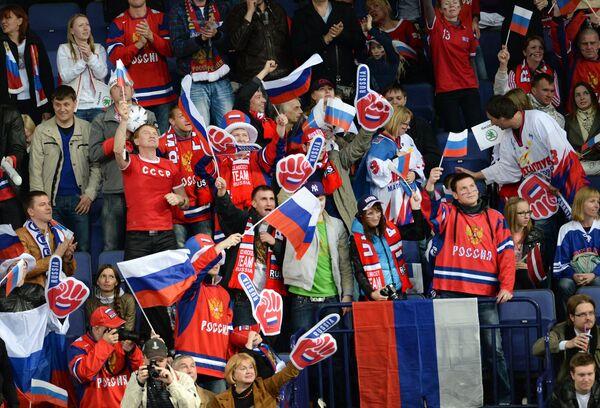 Болельщики сборной России радуются победе в матче с Латвией