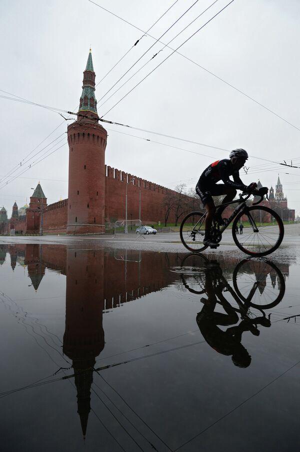 Гонщик на Кремлевской набережной во время велогонки Пять колец Москвы.