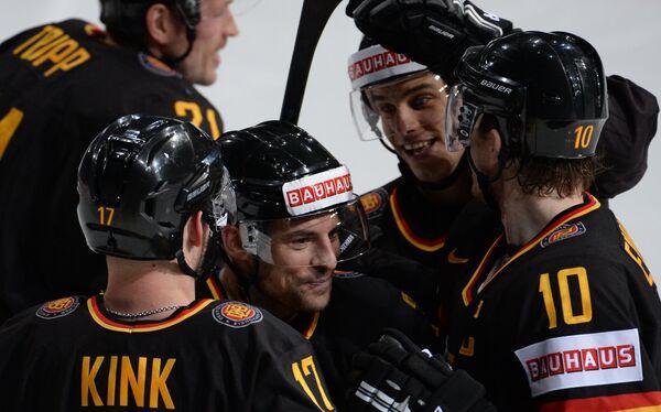 Хоккеисты сборной Германии радуются забитой шайбе
