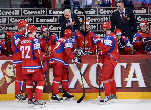 Зинэтула Билялетдинов (в центре на втором плене) и хоккеисты сборной России