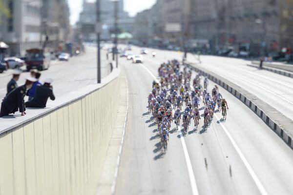 Гонщики на дистанции велогонки Пять колец Москвы на Большой Садовой улице