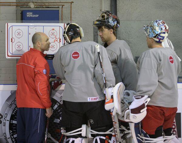 Вратари сборной России Илья Брызгалов (в центре), Василий Кошечкин (второй справа) и Семен Варламов (справа)