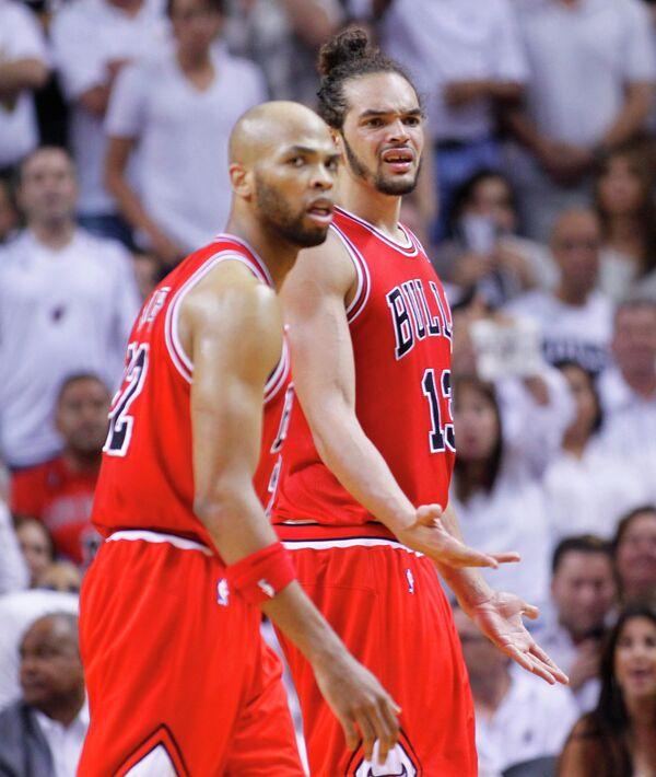 Баскетболисты Чикаго Буллз Тадж Гибсон (на переднем плане) и Жоаким Ноа