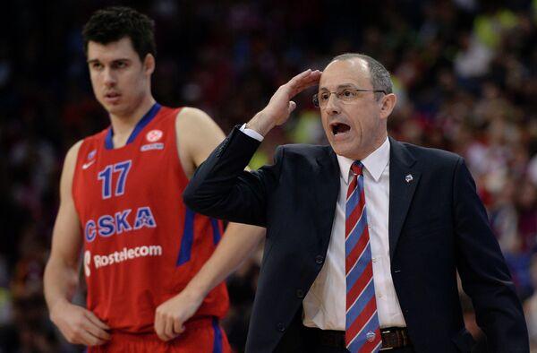 Игрок ПБК ЦСКА Зоран Эрцег (слева) и главный тренер ПБК ЦСКА Этторе Мессина