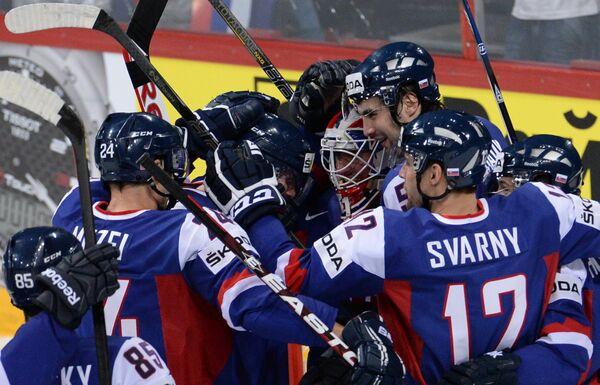Хоккеисты сборной Словакии радуются победе над командой США