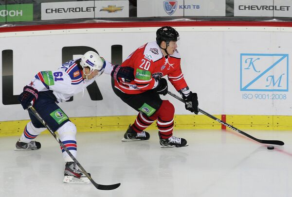 Игрок ХК Донбасс Руслан Федотенко (справа) и игрок ХК СКА Максим Афиногенов