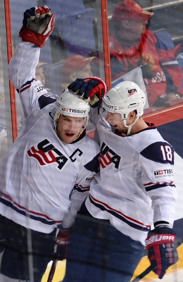Хоккеисты сборной США Пол Штястны и Дэвиид Мосс радуются забитой шайбе