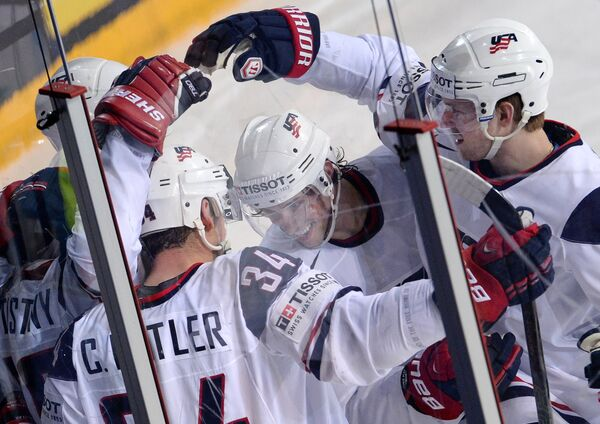 Хоккеисты сборной США радуются заброшенной шайбе в ворота сборной России